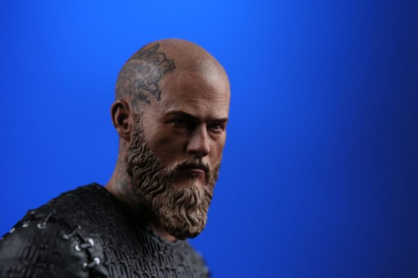 RAGNAR STATUETTE VIKINGS CHRONICLE COLLECTIBLES 23 CM (5) 707129320254 kingdom-figurine.fr