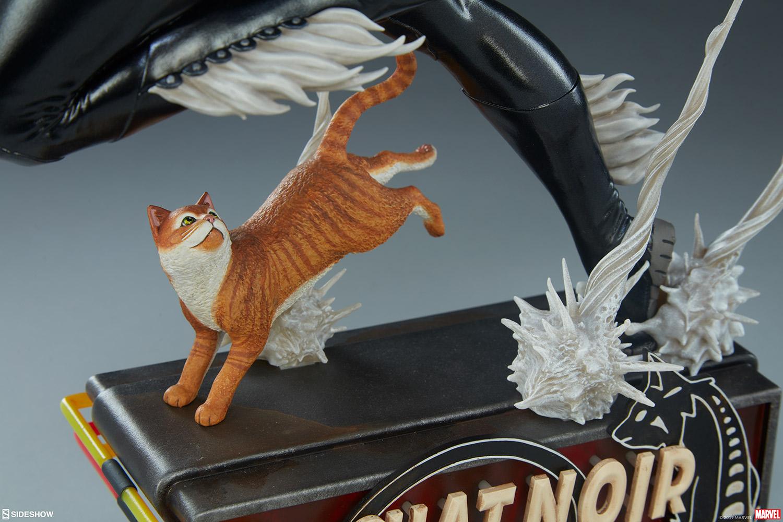 Un gros chat sur le socle de la statue