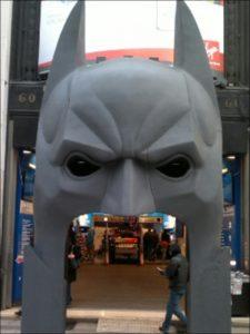 Porte d'entrée des Galeries Lafayette pour Batman 80